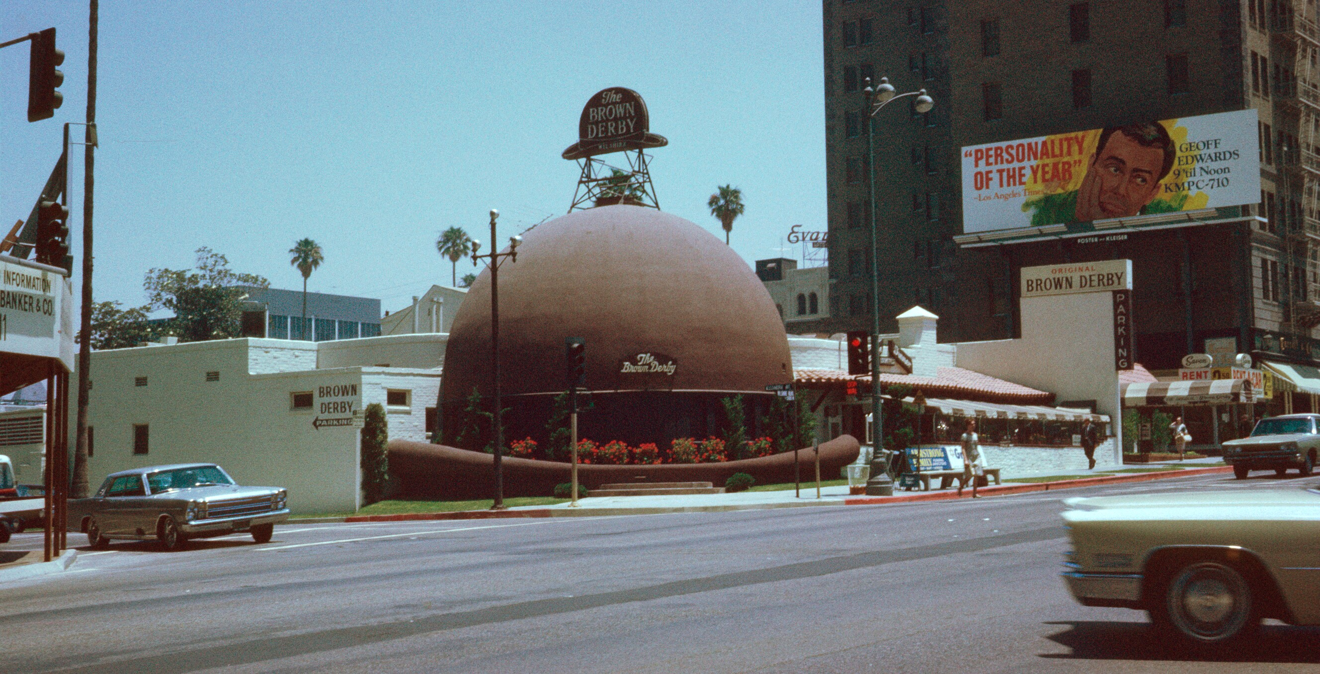 Photo by <a href='http://en.wikipedia.org/wiki/File:Brown_Derby_Restaurant_,_Los_Angeles_,_Kodachrome_by_Chalmers_Butterfield.jpg'>Chalmers Butterfield</a>